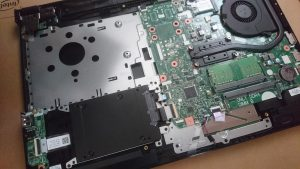 裏蓋を完全にはがした中にHDDスロット